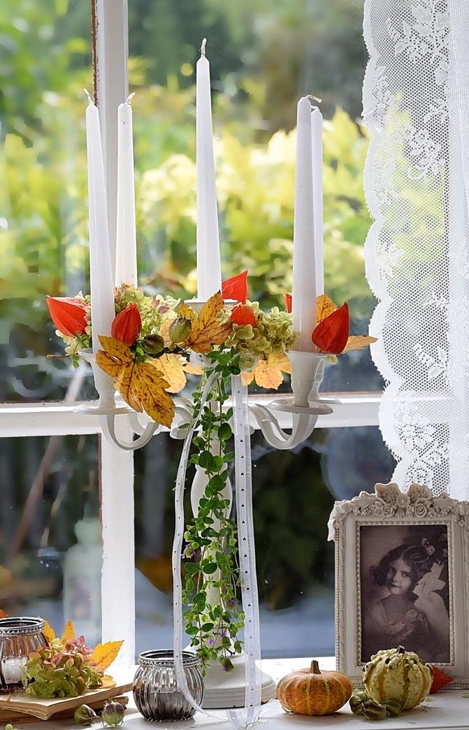 Kerzenständer mit Naturmaterialien dekorieren.