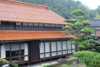 鳥取 因州・中井窯 茶色の瓦が印象的な母屋