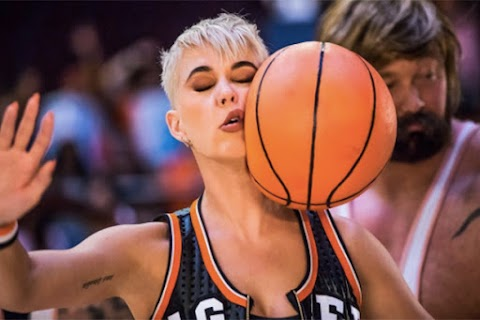 katy perry molla tutto e torna a fare la cretina nel video di swish swish