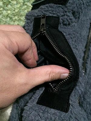 腕のポケットは小さくて