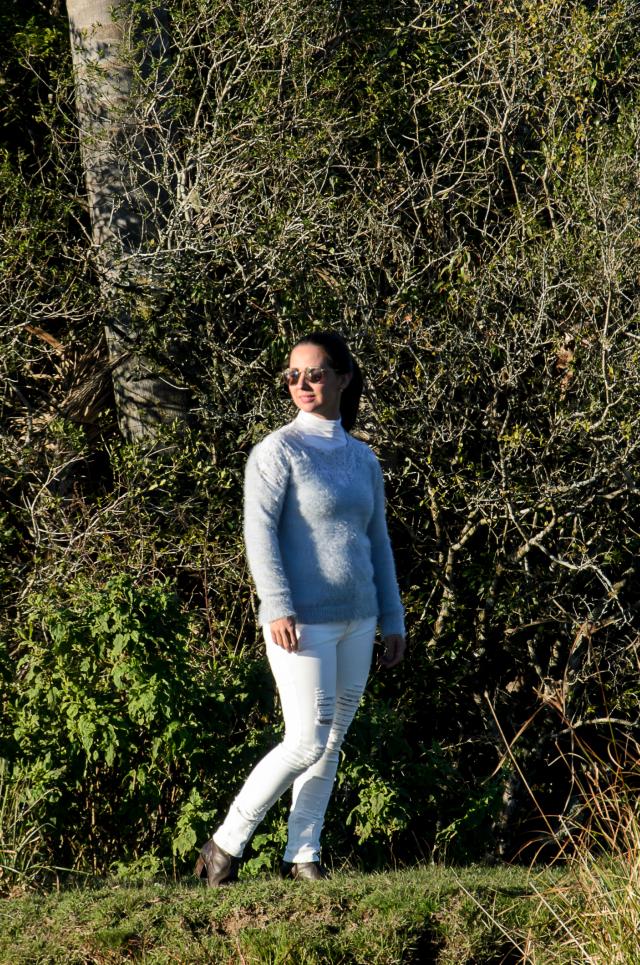 Skinny branca destroyed e blusão de lã azul
