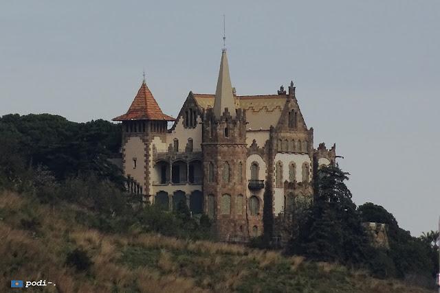 Casa Evarist Arnús o el Pinar, desde la Ronda de Dalt de Barcelona. Muy cerca del tranvía azul del Tibidabo.