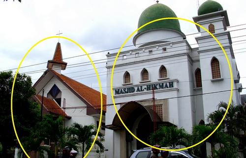 Lihat ... Gereja dan Masjid Berdampingan, Tidak pernah berantam, Cek disini
