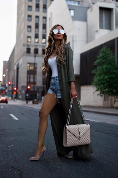 19 Stylish Fall Outfits to Copy in 2018 | Duster Coat + Bodysuit + Levi's High Rise Shorts + Sam Edelman Women's Sandals