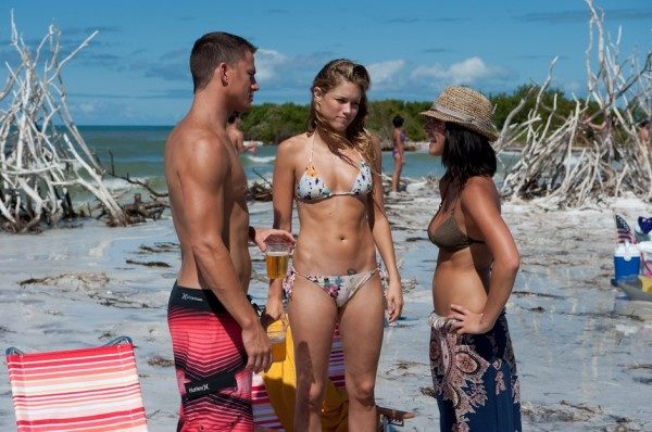Two girls and a guy at the beach in Magic Mike movieloversreviews.filminspector.com