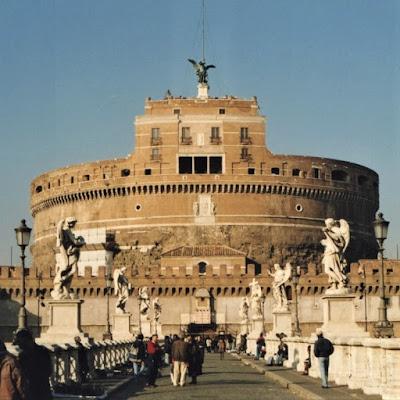 Ponte sobre o Rio Tibre que conduz ao Castelo de Sant'Angelo em Roma, Itália.