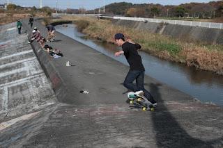 プールデッキでのサーフスケート