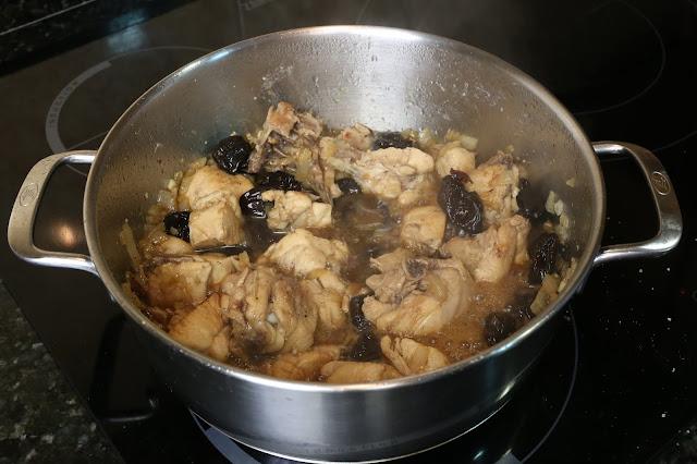 Preparación de pollo con ciruelas pasas