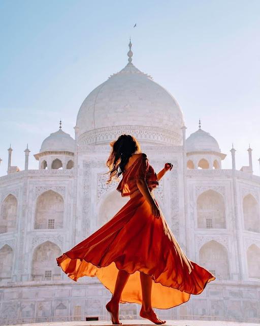 Kiến trúc ở đền Taj Mahal rất hoành tráng và độc đáo, tuy nhiên nổi bật nhất ở đây có lẽ là phần mái vòm được lát bằng đá cẩm thạch trắng trông cực kỳ sang chảnh và uy nghi. Cung điện trong bộ phim Aladdin (Thần đèn) của Disney được các nhà làm phim tạo ra dựa trên thiết kế của chính ngôi đền nổi tiếng này đấy!