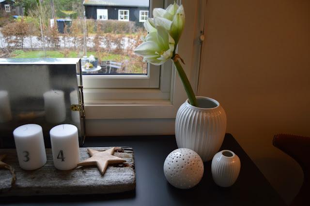 Kählervaser og adventsdekor på drivved