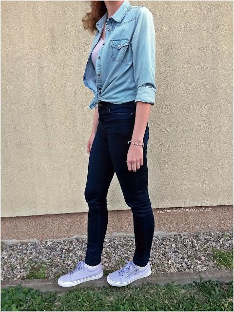 Koszula z podwiniętymi rękawami, granatowe jeansy, fioletowy top i tenisówki, bransoletki