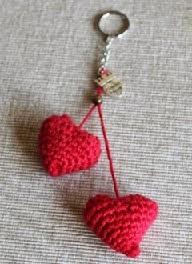 http://ideandoart.blogspot.com.es/2014/05/corazones-de-crochet-para-tus-llaves.html