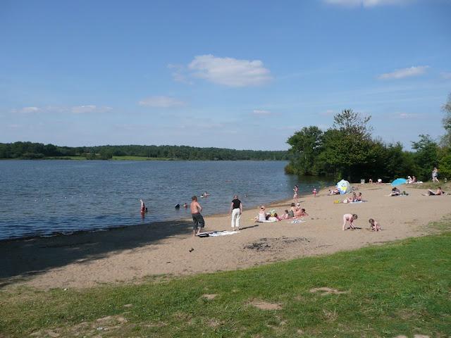 l'étang Aumée a une plage, on s'y baigne l'été
