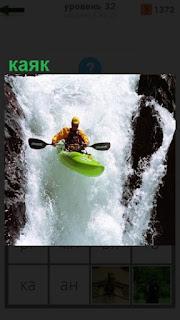 мужчина в каяк спускается по бурной реке вниз