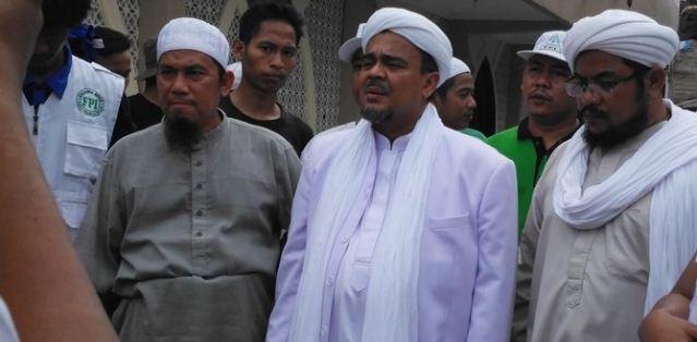 Subhanallah! Aksi Rizieq bagi amplop buat korban banjir sampai ke rumah janda