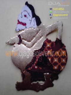 Souvenir wayang kulit berbagai karakter sesuai dengan cerita pewayangan