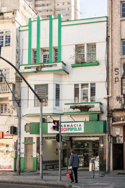 Pequeno edifício na Praça Tiradentes, 262
