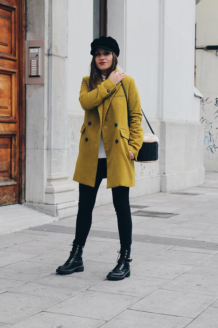 outfit moda abrigo amarillo y botas militares blog de moda