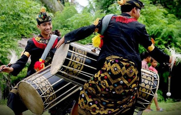 Nusa Tenggara Barat ialah sebuah provinsi dengan kultur masyarakat yang unik 7 Alat Musik Tradisional NTB, Gambar, dan Penjelasannya