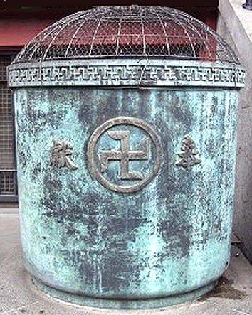Swastika on Saisen box in Sensō Buddhist Temple in Asakusa, Taitō, Tokyo — Japan