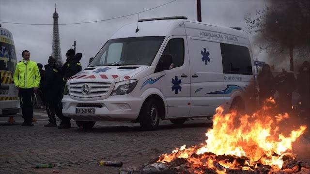 Ambulancias contra reformas de Macron rodean la Asamblea Nacional