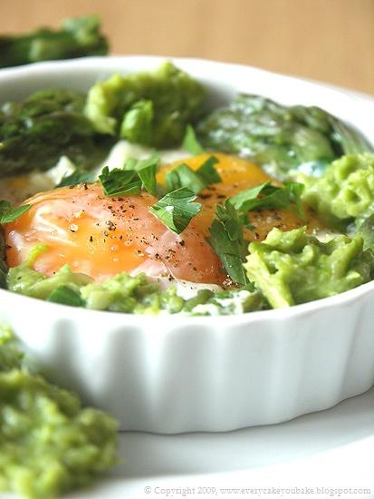 oeufs sur le plat - zapiekane jajka ze szparagami