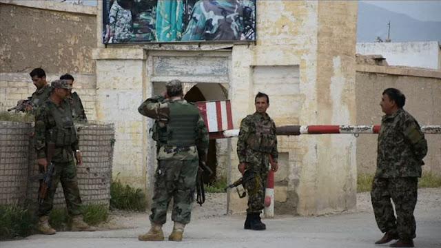 Seis atacantes disseram aos guardas na base que levavam soldados feridos e que precisavam urgentemente entrar