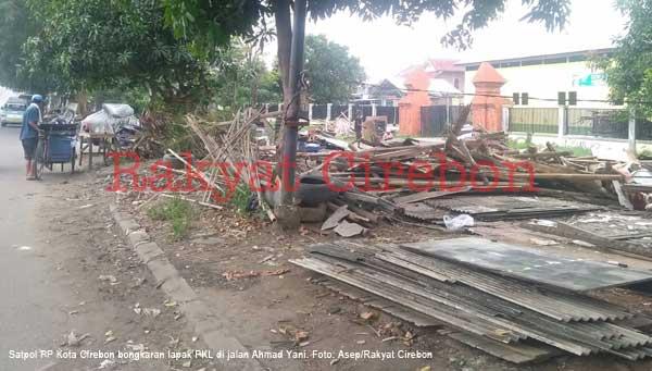 satpol pp kota cirebon tertibkan lapak pkl yang melanggar perda