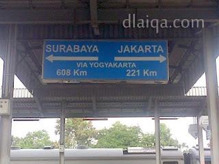 papan petunjuk arah dan jarak