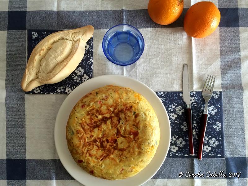 tortilla-patatas-atún-mesa