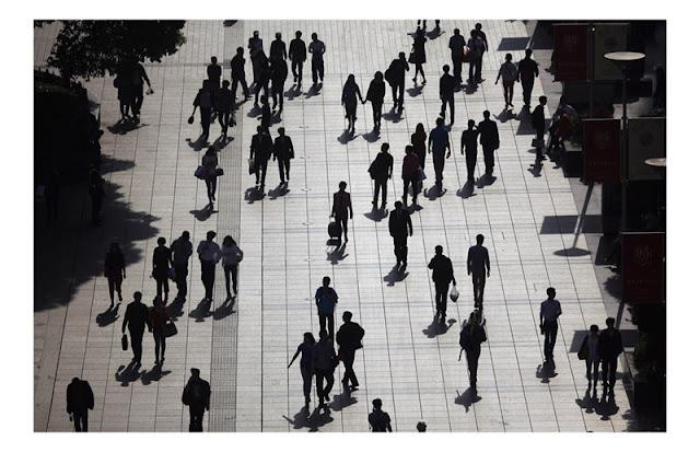 Люди на улице в черном