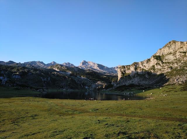 Vega La Tieste y Lago Ercina con Peña Santa al fondo