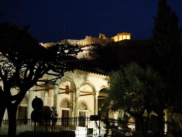 Widok nocą na oświetlony Akropol na pierwszym planie zabytkowa budowl