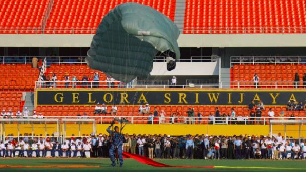Akrobatik Udara Awali Kemeriahan Kirab Api Obor Asian Games 2018