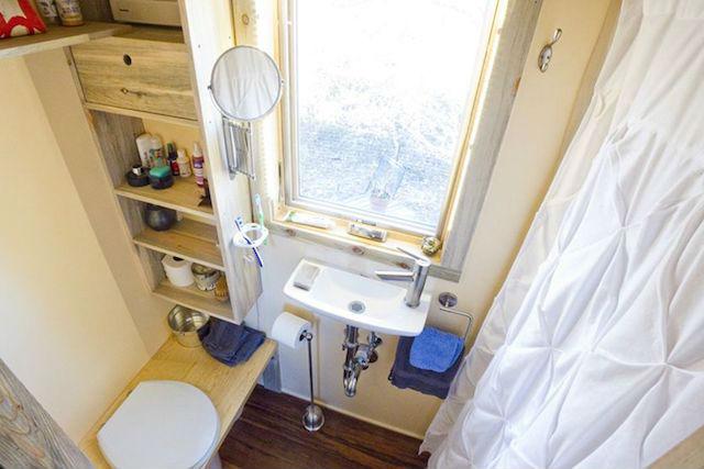 la solución para no pagar alquiler ni hipoteca mini casa sostenible y transportable. Foto del baño