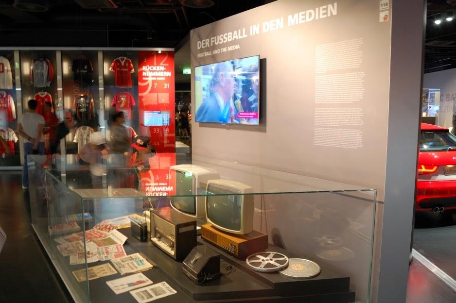 Экспонаты под стеклом