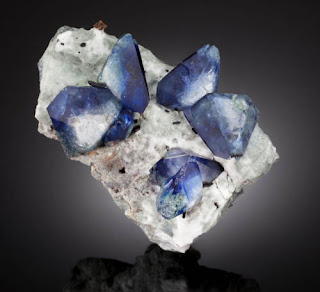 Benitoita en matriz con neptunita y joaquinita - foro de minerales