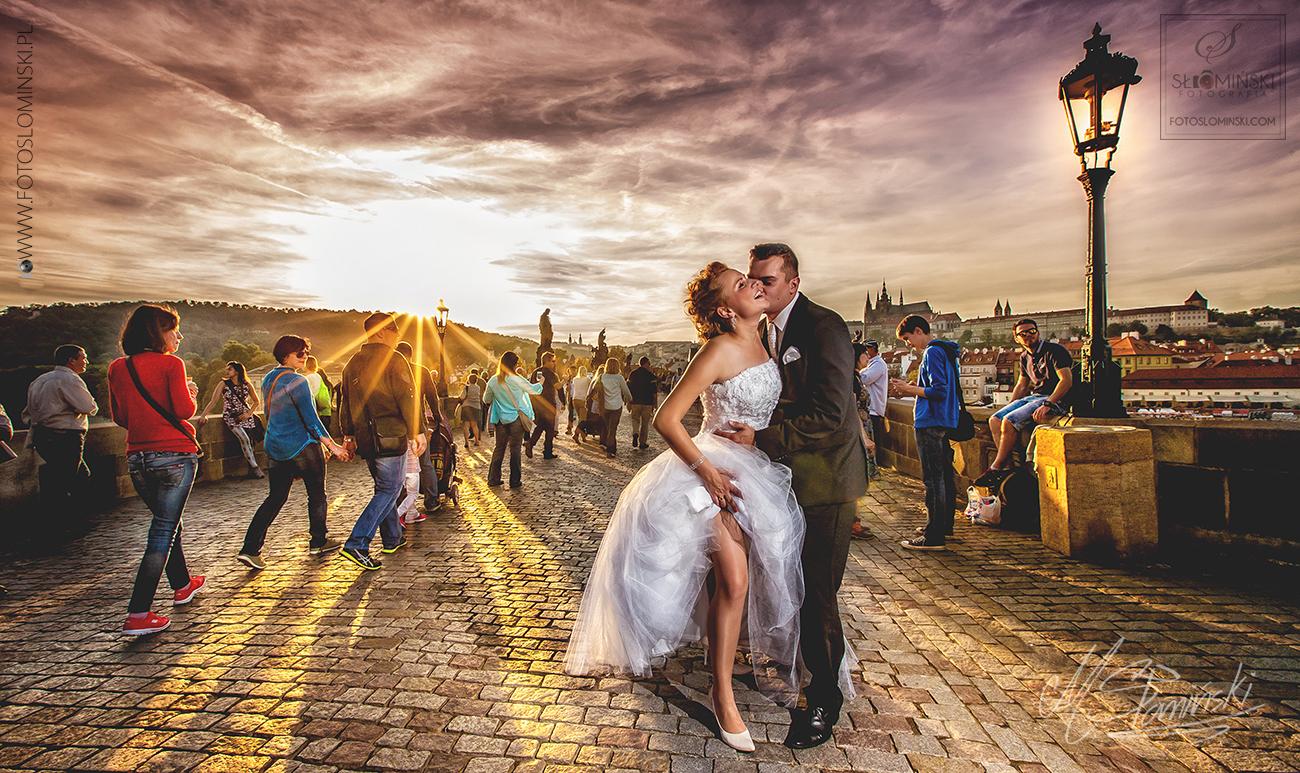 Jakie są ciekawe miejsca na sesję ślubną ?  Praga - Mosk KArola i zachów słońca - Fotografia ślubna FotoSlominski.