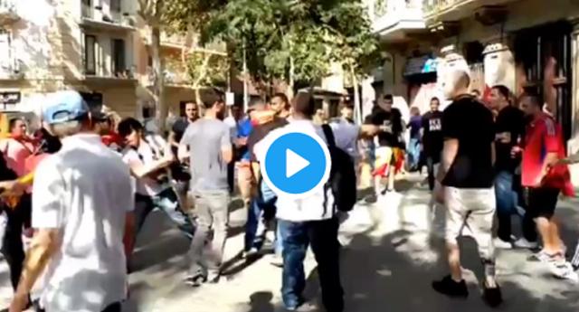 Manifestantes fachas por la unidad de España persiguen y patean a un fotógrafo