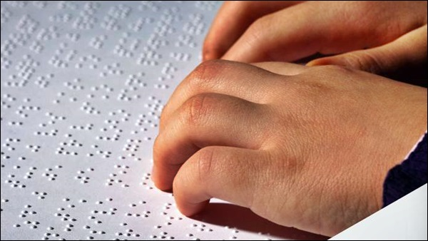deficiente lendo braille