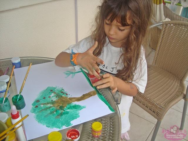 Pintura com as mãos para crianças árvore
