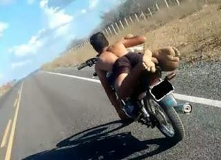 Motoqueiro desafia Leis de trânsito no interior da PB; se exibe e posta foto em rede social