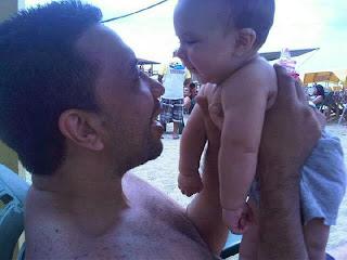 Cargando a Fabian en la playa