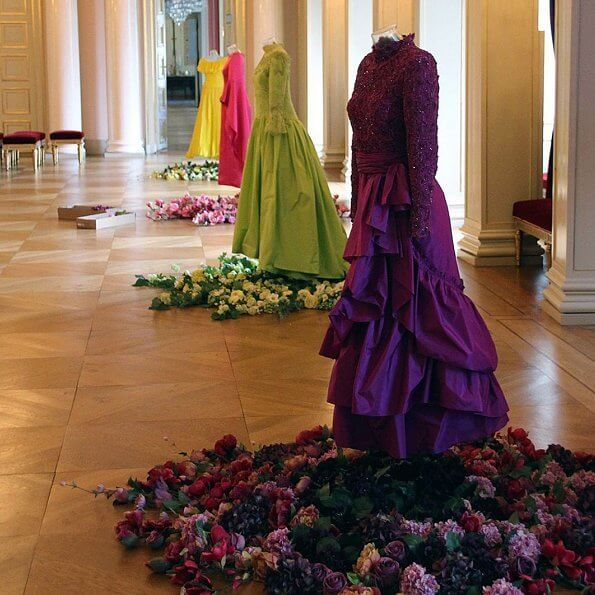In the exhibition, outfits and belongings of Queen Maud are exhibited. Crown Princess Mette-Marit and Ingrit Alexandra