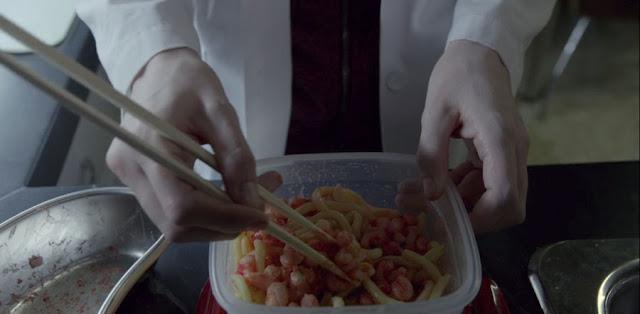 vemos a la protagonista comiendo con palillos directamente de un tupper