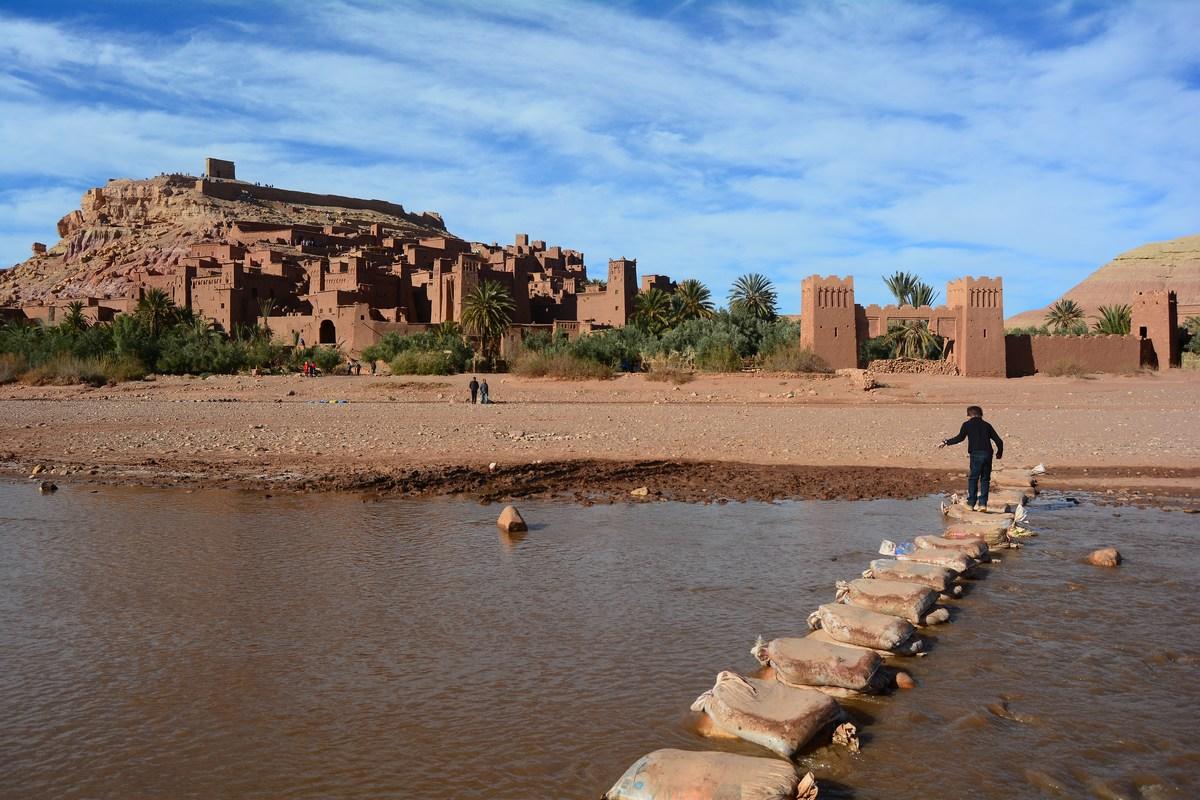 Arrivée sur le ksar en traversant l'oued.  Maroc