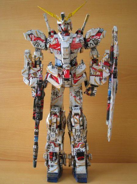 robot  hecha con latas de cerveza.
