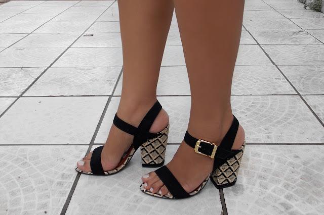 sandalia com salto bordado