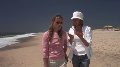 movie Something's Gotta Give - Zoe (Frances McDormand) and her sister Erica (Diane Keaton) on the beach