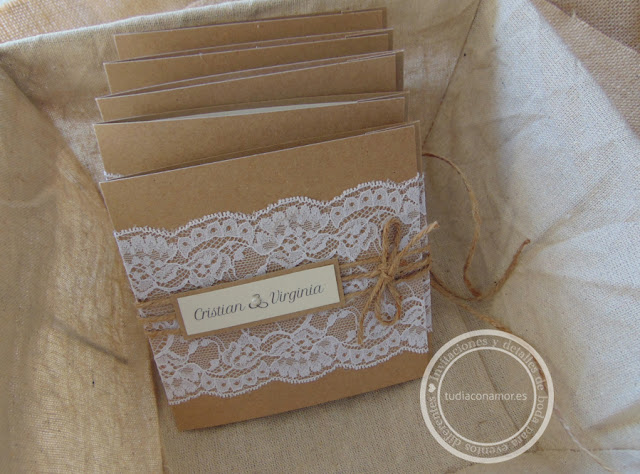 Una invitación de boda bonita y original hecha a mano de estilo rústico DIY con puntilla y papel kraft